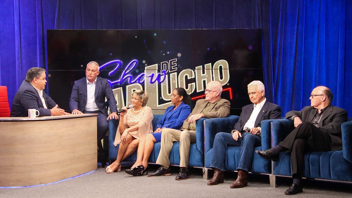 Un grupo de exiliados cubanos en el programa El show de Carlucho.