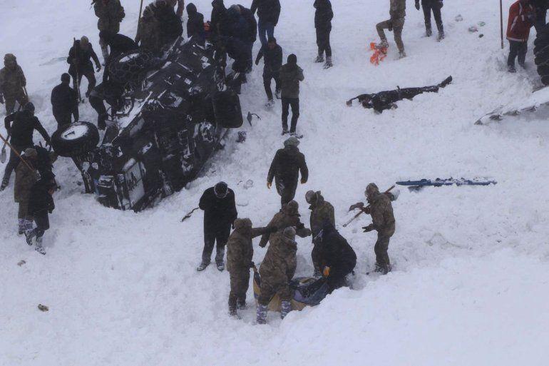 Servicios de emergencia cavan en la nieve alrededor de tres vehículos volcados cerca de Bahcesehir