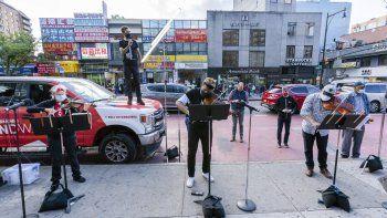 Los miembros del NY Phil Bandwagon, la violinista Fiona Simon; el contratenor y productor Anthony Roth Costanzo; el violinista Curtis Stewart y el músico de viola Robert Rinehart actúan en el barrio Flushing de Queens, Nueva York.