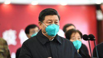 En esta foto el presidente chino Xi Jinping habla por video con enfermos y trabajadores de la salud en el hospital Huoshenshan en Wuhan, provincia de Hubei, martes 10 de marzo de 2020.