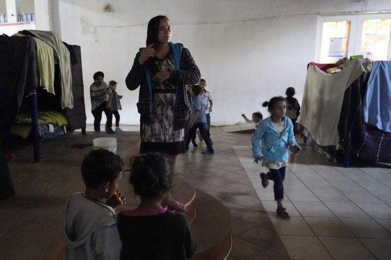 Una mujer hondureña que espera para entrar a Estados Unidos (centro)