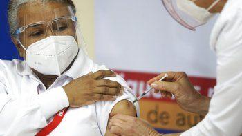 La enfermera Violeta Gaona, de 59 años, recibe una inyección de la vacuna Pfizer-BioNTech para COVID-19 en el Hospital Santo Tomas en la ciudad de Panamá, el miércoles 20 de enero de 2021, el mismo día que llegó el primer envío a Panamá.