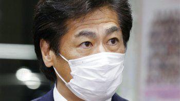 El ministro japonés de Salud, Norihisa Tamura, habla a la prensa después de que un comité de su Ministerio autorizara la vacuna contra el coronavirus desarrollada por Pfizer Inc., la primera aprobada para su uso en Japón, en Tokio, el viernes 12 de febrero de 2021.