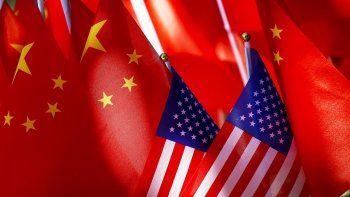 La foto de archivo del 16 de septiembre de 2018 muestra banderas chinas y estadounidenses en Beijing. China acusó a sus críticos en Washington de escalada de la supresión política contra Beijing, jueves 3 de diciembre de 2020, tras conocerse nuevas restricciones a las visas para miembros del Partido Comunista y sus familiares inmediatos.