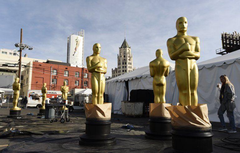 Estatuas del Oscar pueden verse en el Boulevard de Hollywood en preparación para los Premios de la Academia del domingo en el Teatro Dolby