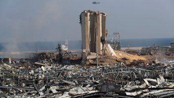 Un helicóptero del Ejército libanés sobrevuela la escena de una explosión en el puerto de Beirut el miércoles, 5 de agosto del 2020. La explosión del martes sacudió la capital, matando al menos a cien personas e hiriendo a miles.