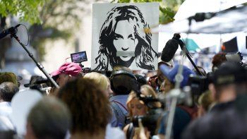 Un retrato de Britney Spears sobre simpatizantes y reporteros fuera del tribunal donde se realizaba una audiencia sobre la tutela de la cantante en la corte Stanley Mosk el miércoles 23 de junio de 2021 en Los Angeles.