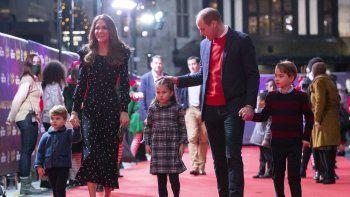 El príncipe William y Kate, duquesa de Cambridge, con sus hijos asisten a un espectáculo navideño en el teatro Palladium de Londres, 11 de diciembre de 2020, en homenaje a los trabajadores de la salud y sus familias por su trabajo durante la pandemia de COVID-19.