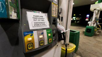 Una bomba de gasolina en una estación en Silver Spring, Maryland, se mantiene fuera de servicio con un cartel que les avisa a los usuarios que no hay combustible.