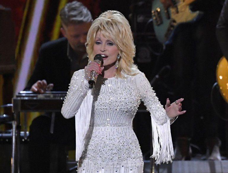 13 de noviembre de 2019 muestra a Dolly Parton actuando en la 53a entrega anual de los Premios CMA en Nashville