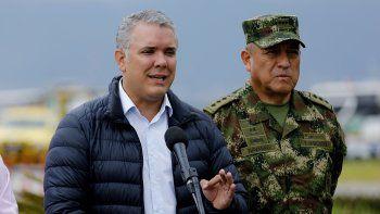 El presidente de Colombia,IvánDuque(izq.), ofrece declaraciones a la prensa acompañado por el Comandante de las Fuerzas Militares de Colombia, mayor general Luis Fernando Navarro, este 22 de enero de 2019 en Bogotá.