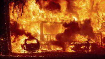 Las llamas consumen una vivienda sobre la ruta 89 en la población de Greenville, California, 4 de agosto de 2021. El incendio arrasó edificios históricos y decenas de viviendas en Greenville.