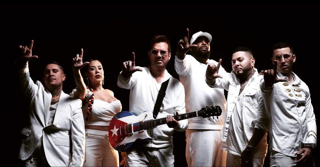 Willy Chirino (centro), junto a los artistas urbanos Osmani García, Señorita Dayana, el Micha, el Chacal y Lenier Mesa.