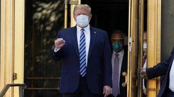 El presidente Donald Trump sale del Centro Médico Militar Nacional Walter Reed para regresar a la Casa Blanca después de recibir tratamientos para el COVID-19, el lunes 5 de octubre de 2020, en Bethesda, Maryland