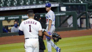 Joe Kelly, lanzador de los Dodgers de Los Ángeles, discute con el puertorriqueño Carlos Correa, de los Astros de Houston, en un altercado tras la conclusión del sexto inning del juego del martes 28 de julio de 2020