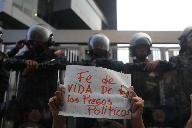çSimpatizantes de opositores venezolanos presos se manifiestan frente al edificio del Servicio de Inteligencia (Sebin) donde