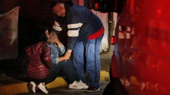 Familiares llorando ante una casa donde dos hombres jóvenes murieron baleados en Fresnillo, en el estado de Zacatecas, México, el martes 13 de julio de 2021.