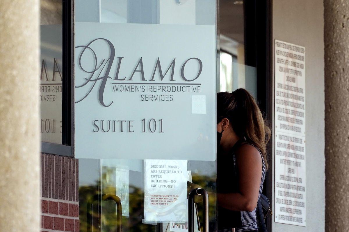 Una mujer ingresa a una clínica de Alamo Womens Reproductive Services, el jueves 7 de octubre de 2021, en San Antonio, Texas, un día después de que un juez federal suspendió una ley del estado que prohibía la mayoría de los abortos.