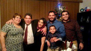 Esta fotografía familiar de diciembre de 2015 muestra a José Pereira, segundo de izquierda a derecha -uno de los ejecutivos petroleros de Citgo residentes en Houston declarado culpable y enviado a prisión en Venezuela-, junto con, de izquierda a derecha, su esposa Mervis y sus hijos Sara, John, un nieto no identificado y Joao, en Houston, Texas.