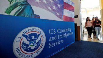 Personas llegan para el inicio de una ceremonia de naturalización en la oficina del Servicio de Ciudadanía e Inmigración en Miami. Imagen del 17 de agosto de 2018.