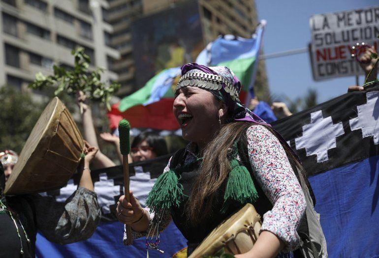 Una mujer indígena mapuche golpea un tambor durante una protesta antigubernamental en Santiago