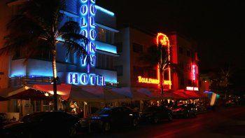 Vista parcial de Ocean Drive, en Miami Beach, de noche.