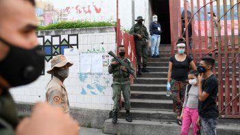 Fuerzas de seguridad vigilan un centro de votación durante las elecciones para elegir a los miembros de la Asamblea Nacional en Caracas, Venezuela, el domingo 6 de diciembre de 2020, unas elecciones caracerizadas por el abstencionismo. En la foto se observan custodios y funcionarios, pero no votantes.