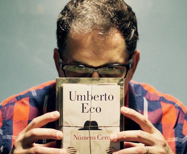 El periodista cubanoLuis Leonel León sostiene uno de sus libros favoritos