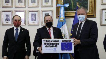 En una entrevista con Radio Sonora, el presidente de Guatemala, Alejandro Giammattei afirmó que San Lucas Tolimán sí tiene casos positivos de COVID-19 que ameritan el nivel de alerta. En esta foto, el mandatario (centro) recibe una donación de la Unión Europea.