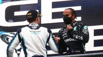 El piloto británico de Mercedes Lewis Hamilton reacciona con el piloto británico de Williams, George Russell en el podio después del Gran Premio de Bélgica de Fórmula 1 en el circuito de Spa-Francorchamps