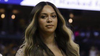 Fotografía de archivo del cinco de junio de 2019, de Beyoncé caminando a su asiento durante la primera mitad del partido del tercer juego de la final de la NBA entre los Warriors de Golden State y los Raptors de Toronto, en Oakland, California.