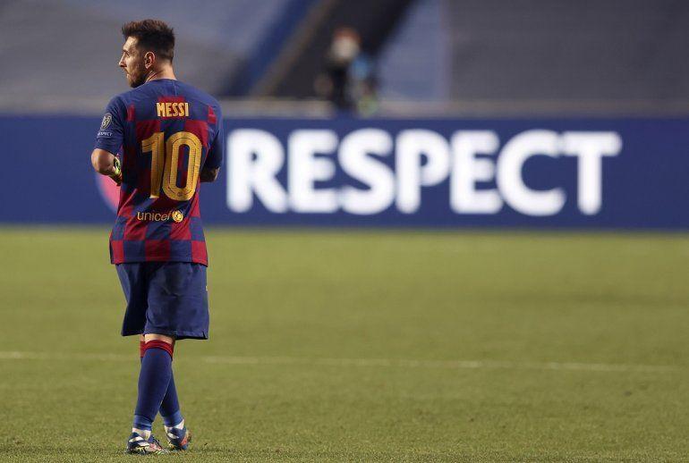 Lionel Messi abandona la cancha tras la goleada que sufrió su Barcelona ante el Bayern Múnich en los cuartos de final de la Liga de Campeones