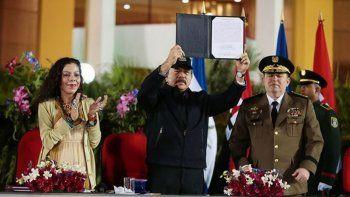 El dictador Daniel Ortega (centro) junto a Rosario Murillo, su esposa y vicepresidente de Nicaragua; y el jefe del Ejército, Julio Avilés, un incondicional de Ortega.