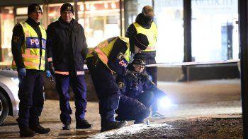 Investigadores policiales trabajan en el lugar donde un hombre atacó a ocho personas con un arma cortante, hiriendo gravemente a dos, en la ciudad de Vetlanda, en Suecia, el 3 de marzo de 2021.