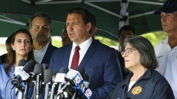 El gobernador de Florida, Ron DeSantis (C), habla durante una conferencia de prensa después de que un edificio se derrumbó parcialmente en Surfside al norte de Miami Beach, Florida, el 24 de junio de 2021.