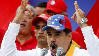 """El presidente venezolano Nicolás Maduro habla durante un mítin antiimperialista por la paz, el sábado 23 de marzo de 2019, en Caracas, Venezuela. Líderes de la OEA emitieron un informe que critica a la fiscalía de la Corte Penal Internacional por no haber iniciado una investigación sobre presuntos crímenes de lesa humanidad cometidos en Venezuela, alentando con la demora al gobierno de Maduro """"a cometer más crímenes""""."""