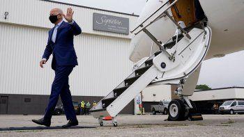 El candidato presidencial demócrata Joe Biden saluda a descender de un avión en el aeropuerto metropolitano de Detroit el miércoles, 9 de septiembre del 2020.
