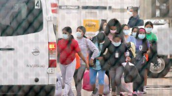 Adolescentes se suben a un vehículo que las transportará a una instalación de la Asociación Nacional de Iglesias Cristianas de Houston que aloja a migrantes menores de edad, en foto del 17 de abril del 2021.