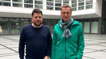 La foto provista por la cuenta de Twitter de Leonid Volkov el 17 de enero de 2021 muestra a Volkov con el líder opositor ruso Alexei Navalny, derecha, en Alemania. Una corte de Moscú el miércoles 10 de febrero de 2021 pidió el arresto de Volkov, un aliado de Navalny que vive en Lituania, pero el gobierno en Vilna rechazó el pedido de plano.