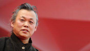 En esta foto de archivo tomada el 4 de septiembre de 2012, el director de cine coreano Kim Ki-Duk llega para la proyección de Pieta en el 69º Festival de Cine de Venecia en el Lido de Venecia.