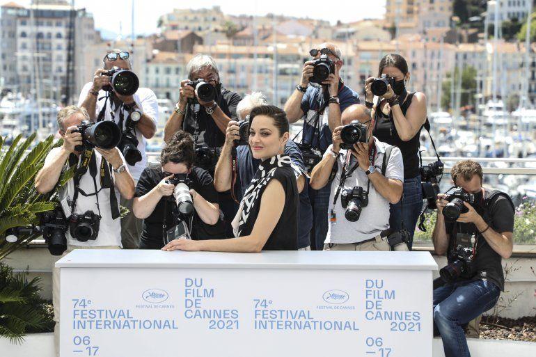 La actriz Marion Cotillard posa con motivo del estreno de Annette en el Festival Internacional de Cine de Cannes