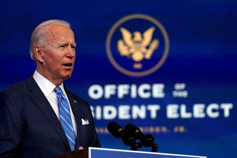 El presidente electo Joe Biden habla sobre la pandemia de COVID-19 durante un evento en el teatro The Queen