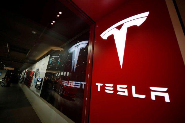 En esta fotografía de archivo del 9 de febrero de 2019 puede apreciarse un letrero con el logo de Tesla en una tienda de la compañía en el centro comercial Cherry Creek