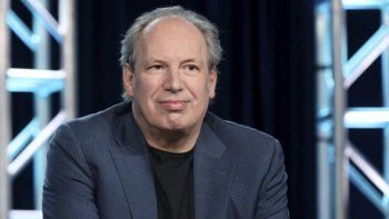 Hans Zimmer habla durante el panel de BBC America Seven Worlds, One Planet en el evento AMC Networks TCA 2020 Winter Press Tour el 16 de enero de 2020 en Pasadena, California. Zimmer y Jacob Shea crearon la música para el especial Planet Earth: A Celebration.