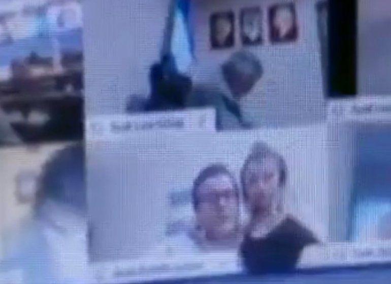 El diputado oficialista Juan Emilio Ameri dimitió al cargo tras protagonizar una escena erótica mientras se desarrollaba una sesión virtual del Congreso.