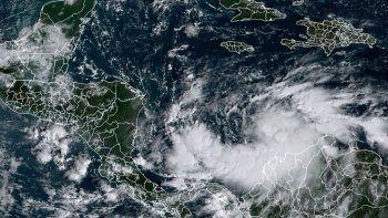 La imagen de satélite muestra la tormenta tropical Iota (R) el 14 de noviembre de 2020 a las 13:50 UTC. Honduras, Guatemala y Nicaragua anunciaron evacuaciones el 13 de noviembre cuando Iota se acercó a Centroamérica y la región aún se tambaleaba por la tormenta mortal Eta la semana pasada.