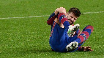 El defensa español del Barcelona, Gerard Piqué, se toca la rodilla durante la semifinal de la Copa del Rey de España en la segunda etapa del partido de fútbol entre el FC Barcelona y el Sevilla FC en el estadio Camp Nou de Barcelona el 3 de marzo de 2021.