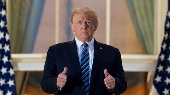 El presidente Donald Trump hace una señal de optimismo en un balcón de la Casa Blanca el lunes 5 de octubre de 2020, en Washington, tras ser dado de alta del Centro Médico Militar Walter Reed en Bethesda, Maryland.