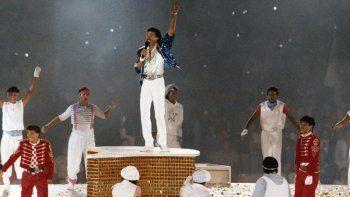 En esta foto de archivo del 12 de agosto de 1984, el cantante estadounidense Lionel Ritchie se presenta durante la ceremonia de clausura de los Juegos Olímpicos de Verano en Los Angeles