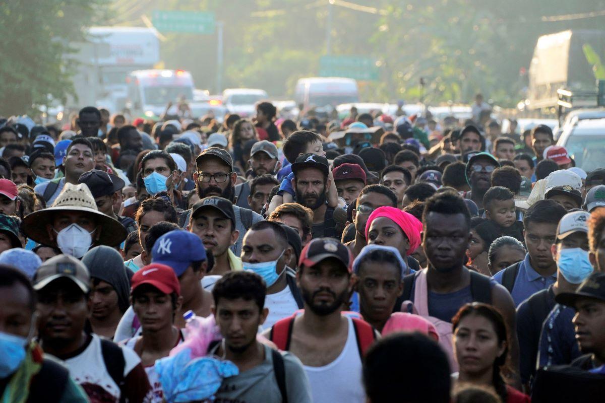 Una caravana de migrantes, la mayoría procedentes de Centroamérica, caminan el domingo 24 de octubre de 2021 en una carretera en las afueras de Huehuetán, en el estado de Chiapas.